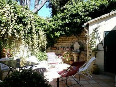 Accommodation in Montpellier - local host backyard